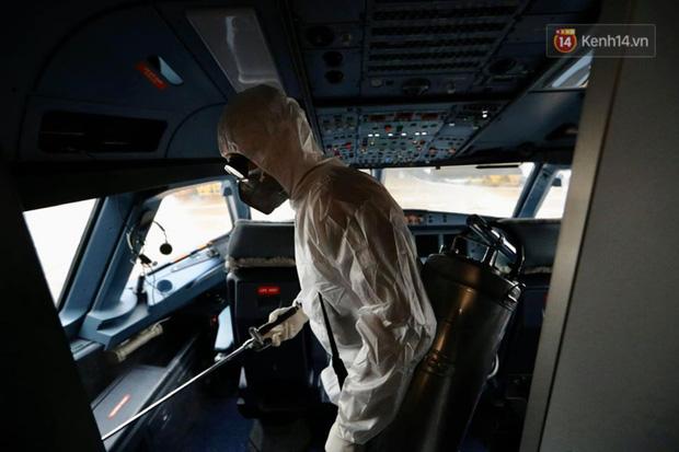 Cận cảnh việc khử trùng trên chuyến bay từ Hồng Kong về Việt Nam để phòng dịch virus corona - Ảnh 1.