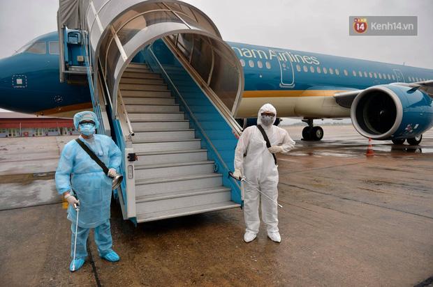 Cận cảnh việc khử trùng trên chuyến bay từ Hồng Kong về Việt Nam để phòng dịch virus corona - Ảnh 2.