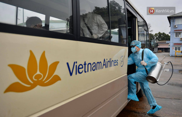Cận cảnh việc khử trùng trên chuyến bay từ Hồng Kong về Việt Nam để phòng dịch virus corona - Ảnh 10.