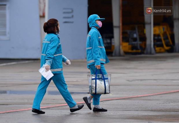Cận cảnh việc khử trùng trên chuyến bay từ Hồng Kong về Việt Nam để phòng dịch virus corona - Ảnh 11.