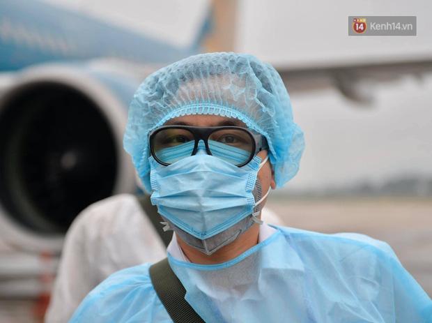 Cận cảnh việc khử trùng trên chuyến bay từ Hồng Kong về Việt Nam để phòng dịch virus corona - Ảnh 3.