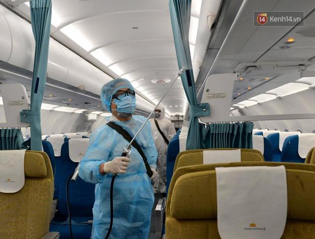 Cận cảnh việc khử trùng trên chuyến bay từ Hồng Kong về Việt Nam để phòng dịch virus corona - Ảnh 4.