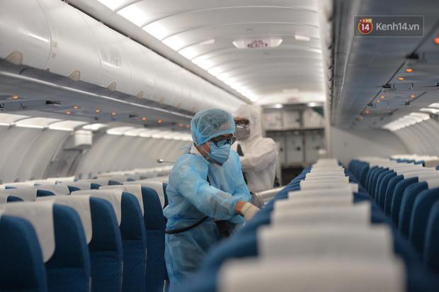 Cận cảnh việc khử trùng trên chuyến bay từ Hồng Kong về Việt Nam để phòng dịch virus corona - Ảnh 5.