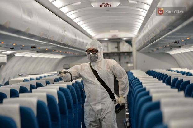 Cận cảnh việc khử trùng trên chuyến bay từ Hồng Kong về Việt Nam để phòng dịch virus corona - Ảnh 6.