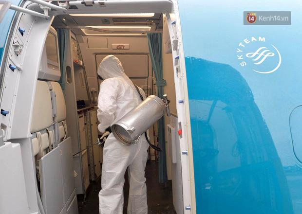 Cận cảnh việc khử trùng trên chuyến bay từ Hồng Kong về Việt Nam để phòng dịch virus corona - Ảnh 7.