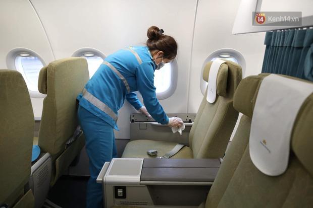Cận cảnh việc khử trùng trên chuyến bay từ Hồng Kong về Việt Nam để phòng dịch virus corona - Ảnh 8.