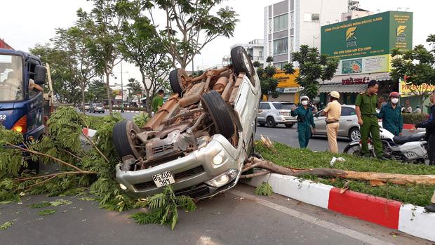 TP.HCM: Xe bán tải lật nhào như phim sau tai nạn trên đường Phạm Văn Đồng, 4 người mắc kẹt kêu cứu - Ảnh 1.