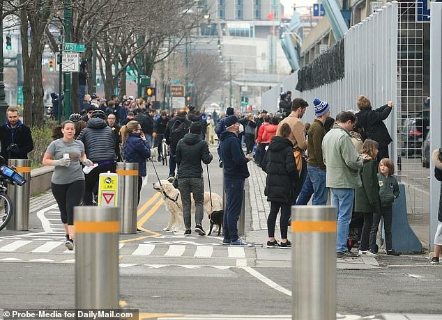 Góc bó tay: Người dân New York đổ xô ra đường xem tàu bệnh viện đến hỗ trợ chống COVID-19 - Ảnh 7.