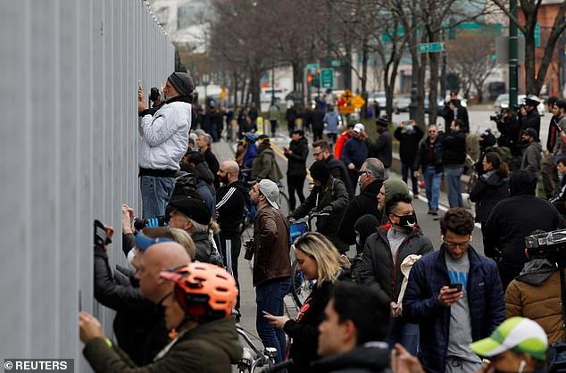 Góc bó tay: Người dân New York đổ xô ra đường xem tàu bệnh viện đến hỗ trợ chống COVID-19 - Ảnh 8.