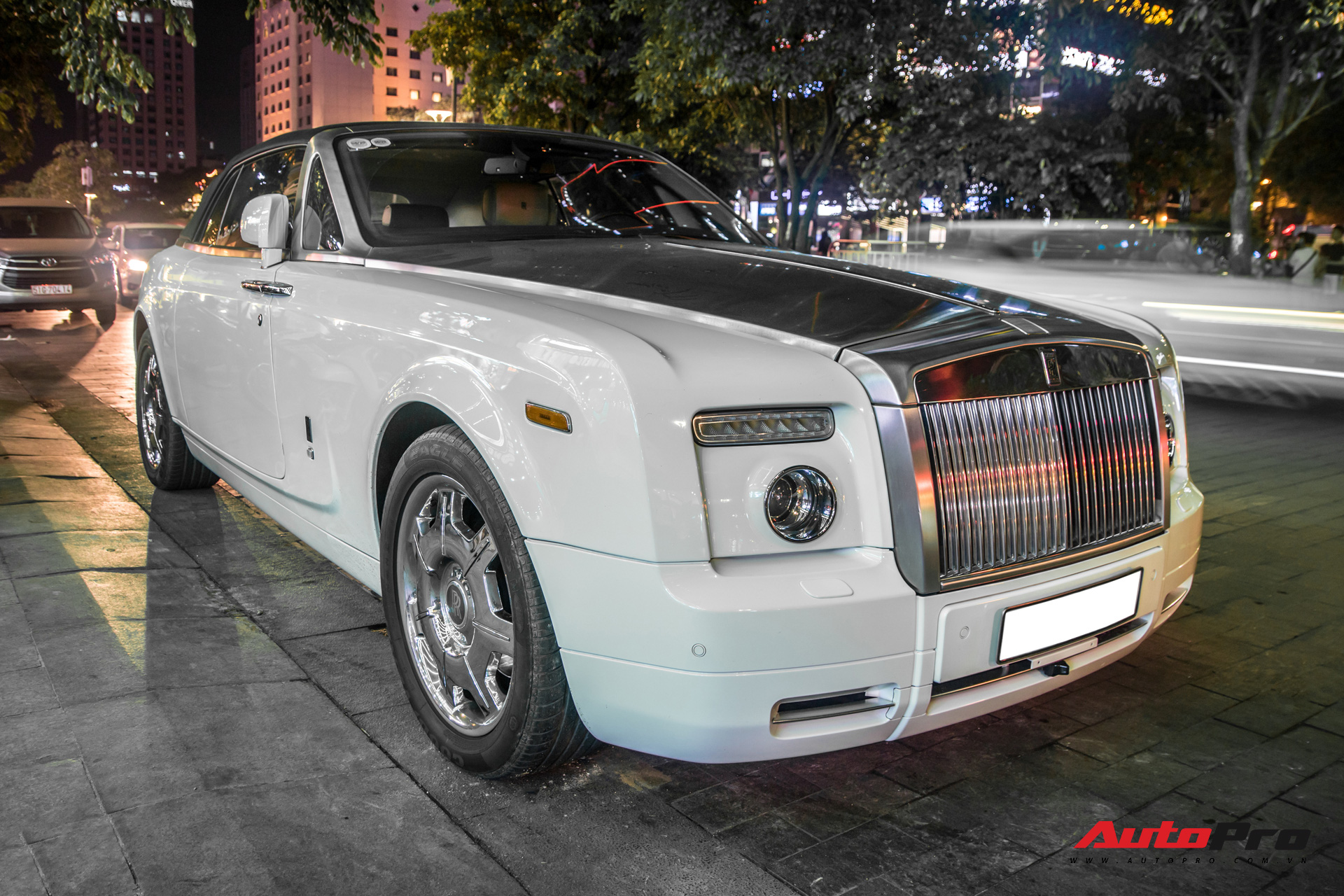 Hàng hiếm Rolls-Royce Phantom Drophead Coupe tái xuất: Logo phía sau là chi tiết đáng chú ý