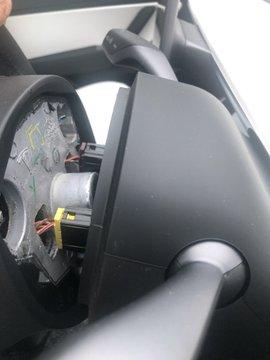 Quên gắn đinh, vô lăng Tesla Model 3 rụng rời chỉ sau một tháng sử dụng - Ảnh 2.