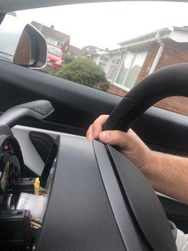 Quên gắn đinh, vô lăng Tesla Model 3 rụng rời chỉ sau một tháng sử dụng - Ảnh 1.
