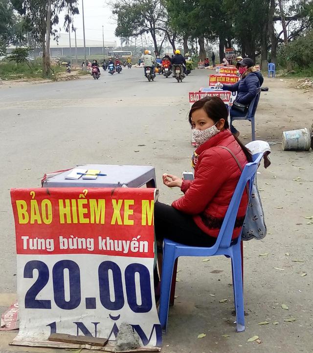 Chị em cẩn trọng khi mua bảo hiểm xe máy giá rẻ 20.000 đồng ở ven đường - Ảnh 2.