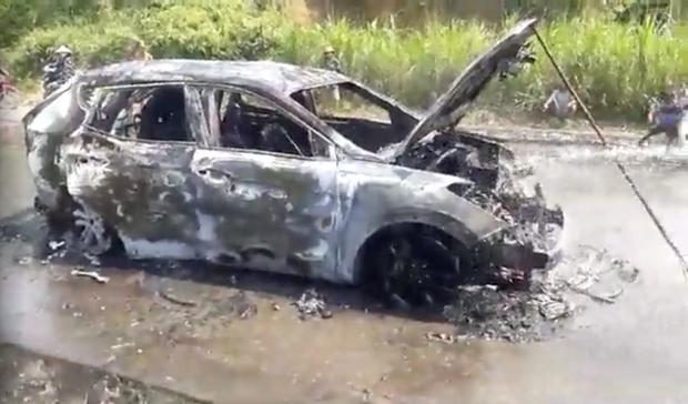 Xế hộp tiền tỷ bốc cháy dữ dội khi đi trên đường, chủ xe bỏng nặng - Ảnh 2.