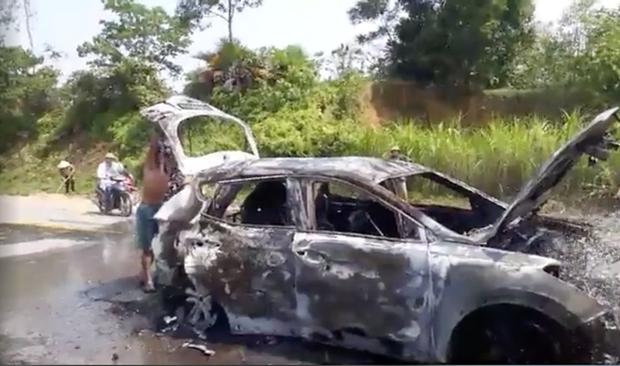 Xế hộp tiền tỷ bốc cháy dữ dội khi đi trên đường, chủ xe bỏng nặng - Ảnh 4.