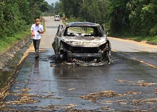 Xế hộp tiền tỷ bốc cháy dữ dội khi đi trên đường, chủ xe bỏng nặng - Ảnh 5.