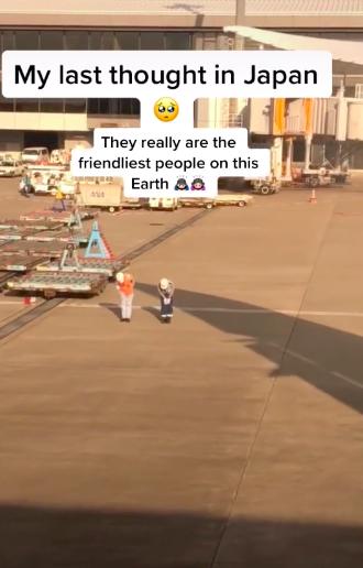 Cái cúi đầu đến 90 độ của hai nhân viên tại sân bay Nhật Bản khi nhìn thấy hành khách chuẩn bị cất cánh khiến cô gái bồi hồi đầy xúc động  - Ảnh 1.