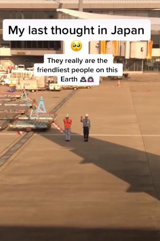 Cái cúi đầu đến 90 độ của hai nhân viên tại sân bay Nhật Bản khi nhìn thấy hành khách chuẩn bị cất cánh khiến cô gái bồi hồi đầy xúc động  - Ảnh 2.