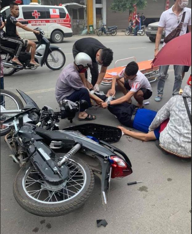 CLIP: Bốc đầu xe máy bằng tốc độ bàn thờ, 2 thanh niên khiến người đi đường gãy tay chân - Ảnh 2.
