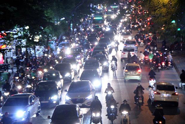 Bộ GTVT đề xuất xe máy phải bật đèn cả ngày để giảm tai nạn - Ảnh 1.