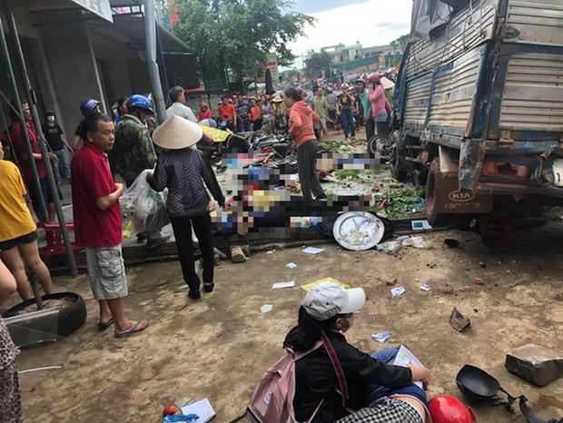 Góc camera khác ghi lại khoảnh khắc kinh hoàng khi xe tải tông thẳng vào chợ khiến 5 người tử vong - Ảnh 2.
