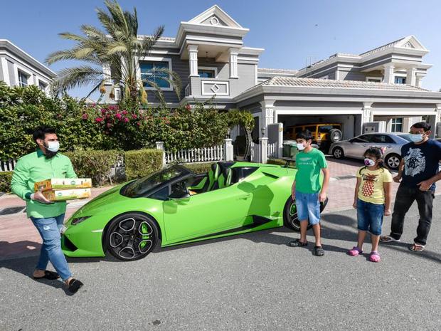 Chỉ có ở Dubai: chủ siêu thị đi Lamborghini để... ship xoài cho khách - Ảnh 1.