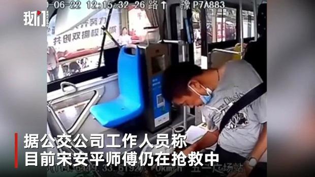 Tài xế xe buýt bất ngờ dừng xe không nói tiếng nào, nhưng hình ảnh sau khi hành khách xuống hết mới khiến mọi người đau lòng - Ảnh 1.