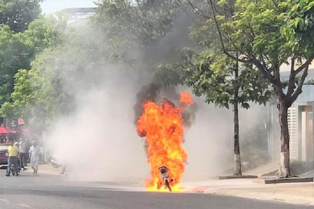 Xe máy bốc cháy ngùn ngụt khi đang lưu thông giữa đường phố - Ảnh 1.