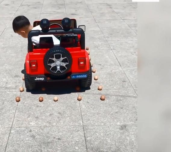 """Choáng với cậu bé 5 tuổi biết lùi xe, quay đầu như 1 tay lái thực thụ, dân mạng vỗ tay khen rào rào """"Đúng là tài không đợi tuổi!"""" - Ảnh 2."""