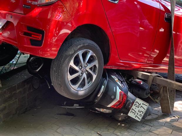 Nữ tài xế lùi xe đè 3 xe máy, đâm vỡ kính cửa trung tâm Anh ngữ - Ảnh 4.