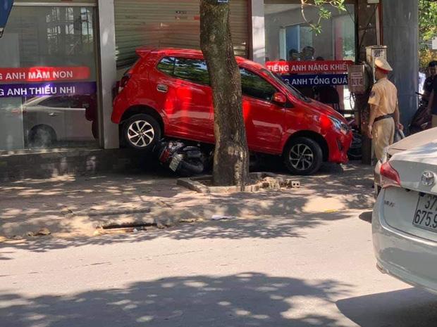 Nữ tài xế lùi xe đè 3 xe máy, đâm vỡ kính cửa trung tâm Anh ngữ - Ảnh 6.