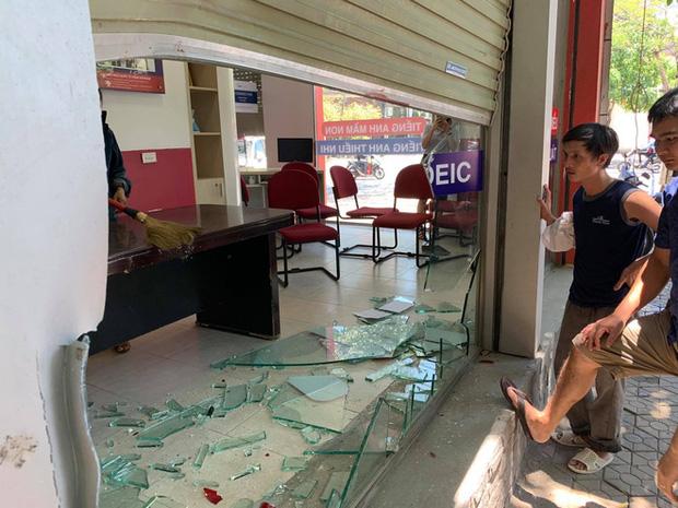 Nữ tài xế lùi xe đè 3 xe máy, đâm vỡ kính cửa trung tâm Anh ngữ - Ảnh 7.