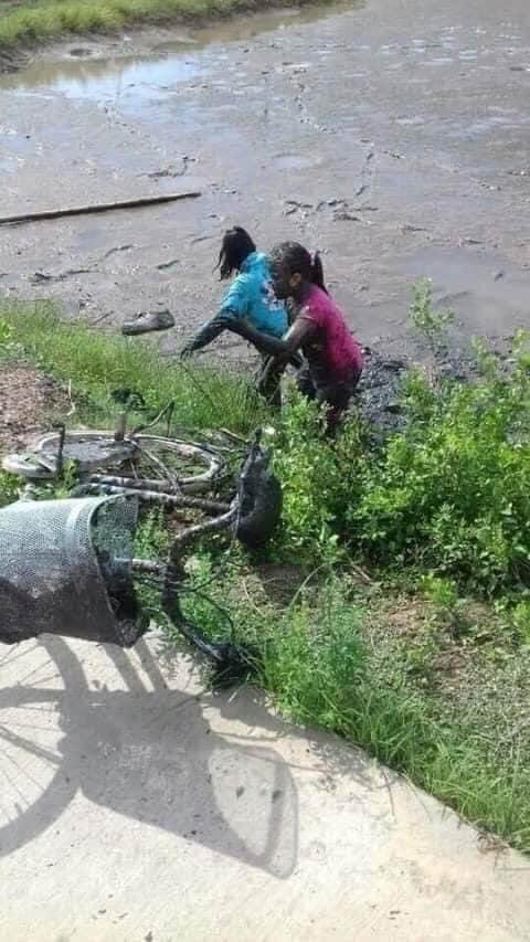 Chiếc xe nhầm lối và pha tắm bùn của 2 nữ sinh, bộ dạng của cô bé ngồi sau khiến tất cả bật cười - Ảnh 1.