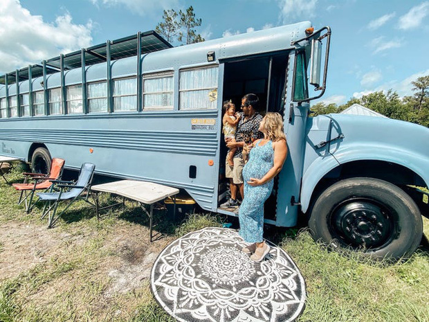 Chùm ảnh: Đôi vợ chồng trẻ biến xe bus thành ngôi nhà di động đẹp như trong cổ tích làm nức lòng người yêu xê dịch - Ảnh 1.