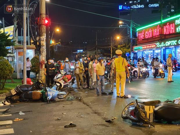 Nhân chứng kể lại giây phút kinh hoàng xe Camry tông hàng loạt xe máy ở Sài Gòn: Người bị thương nằm la liệt, chảy máu nhiều lắm - Ảnh 11.