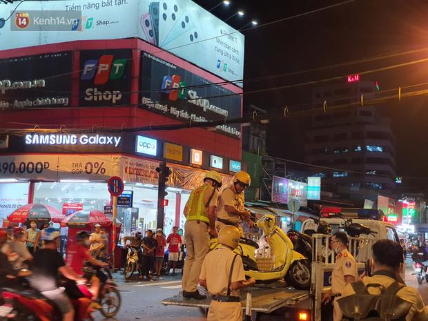 Nhân chứng kể lại giây phút kinh hoàng xe Camry tông hàng loạt xe máy ở Sài Gòn: Người bị thương nằm la liệt, chảy máu nhiều lắm - Ảnh 12.
