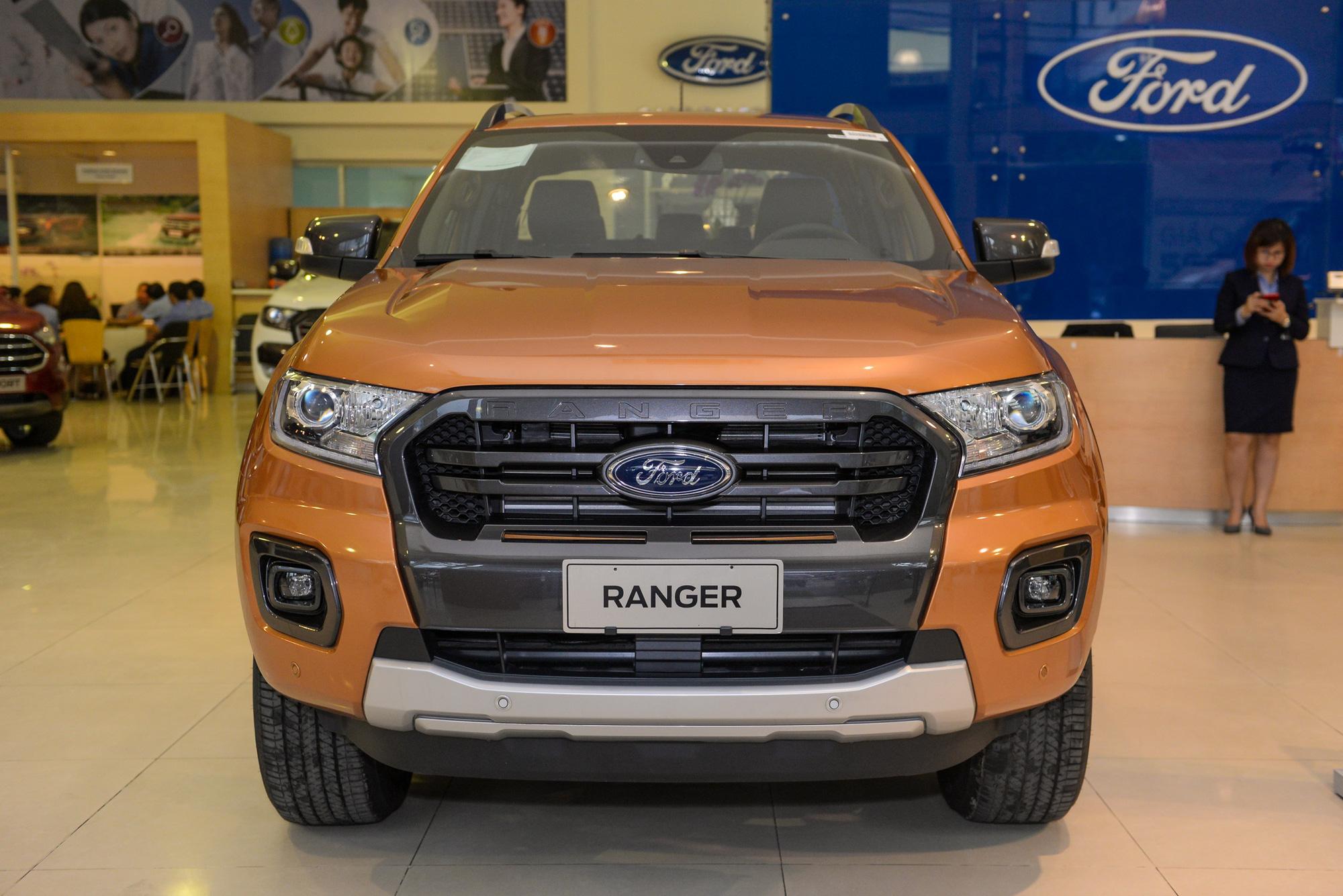 Giá bán Toyota Hilux và Ford Ranger bản cao cấp nhất chỉ chênh 5 triệu đồng.