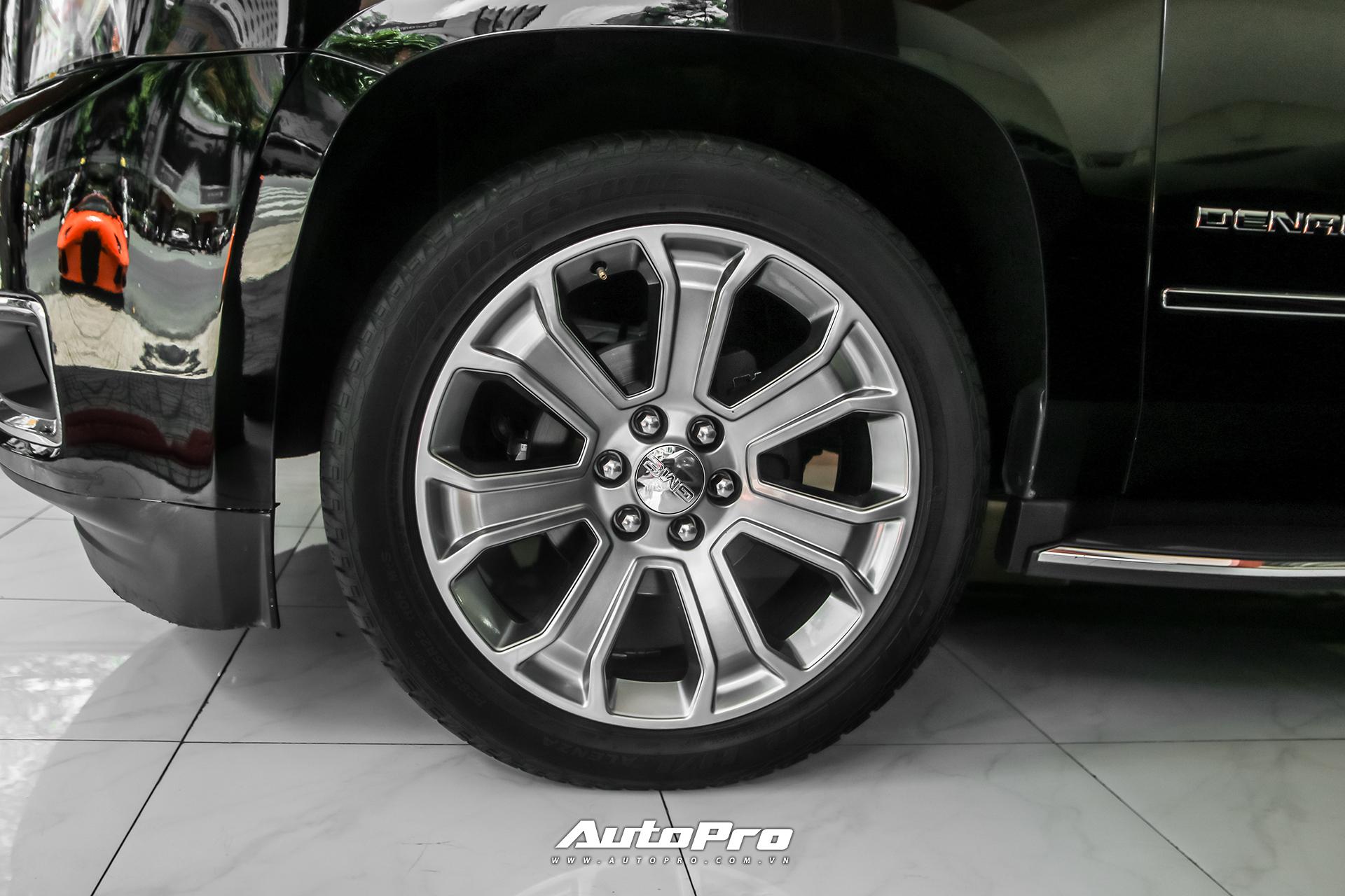 Xe sử dụng bộ mâm kích thước lên tới 22 inch để xứng tầm với thân hình đồ sộ. Đây là tuỳ chọn mâm cao cấp nhất trên dòng xe GMC Yukon đời 2015.