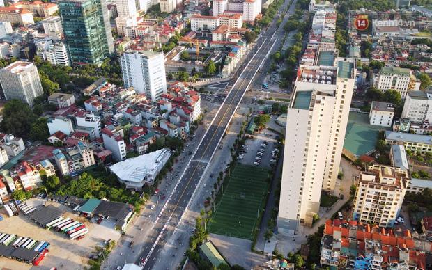 Chùm ảnh: Nhìn từ trên cao cây cầu vượt dầm thép nối liền 3 quận nội thành Hà Nội trước ngày thông xe - Ảnh 1.