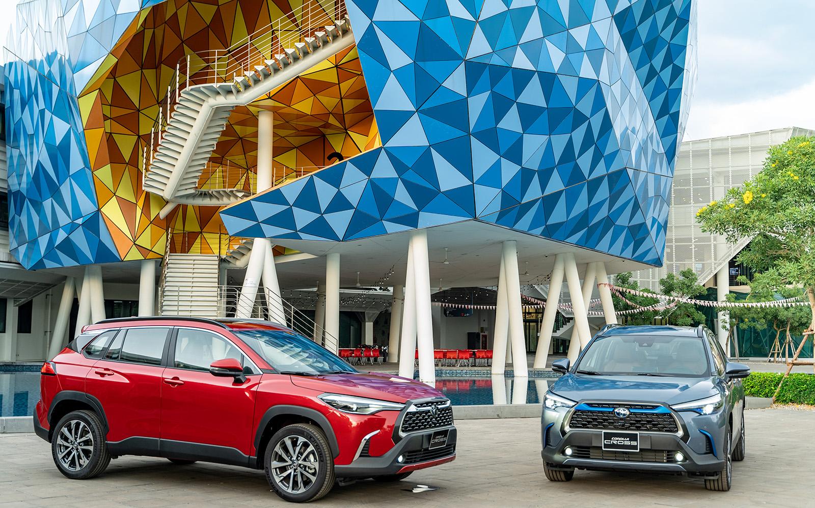 2 bản V và HV có trang bị gói an toàn Toyota Safety Sense được bán trước, bản G không có gói này sẽ được bán sau.