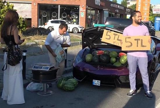 Người đàn ông chạy siêu xe gần 16 tỷ đồng chỉ để đi bán rong dưa hấu - Ảnh 1.