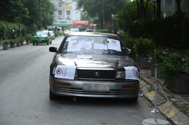 Sau dán giấy và khóa bánh, cư dân chung cư ở Hà Nội lập hàng rào sắt cấm ô tô đậu sai quy định gây tắc nghẽn giao thông - Ảnh 1.