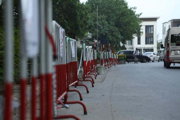 Sau dán giấy và khóa bánh, cư dân chung cư ở Hà Nội lập hàng rào sắt cấm ô tô đậu sai quy định gây tắc nghẽn giao thông - Ảnh 2.
