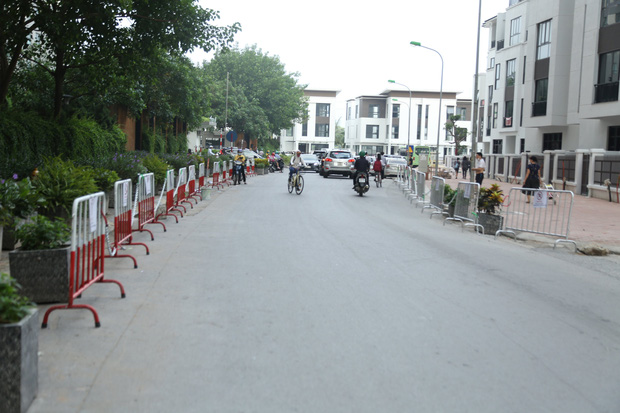 Sau dán giấy và khóa bánh, cư dân chung cư ở Hà Nội lập hàng rào sắt cấm ô tô đậu sai quy định gây tắc nghẽn giao thông - Ảnh 6.