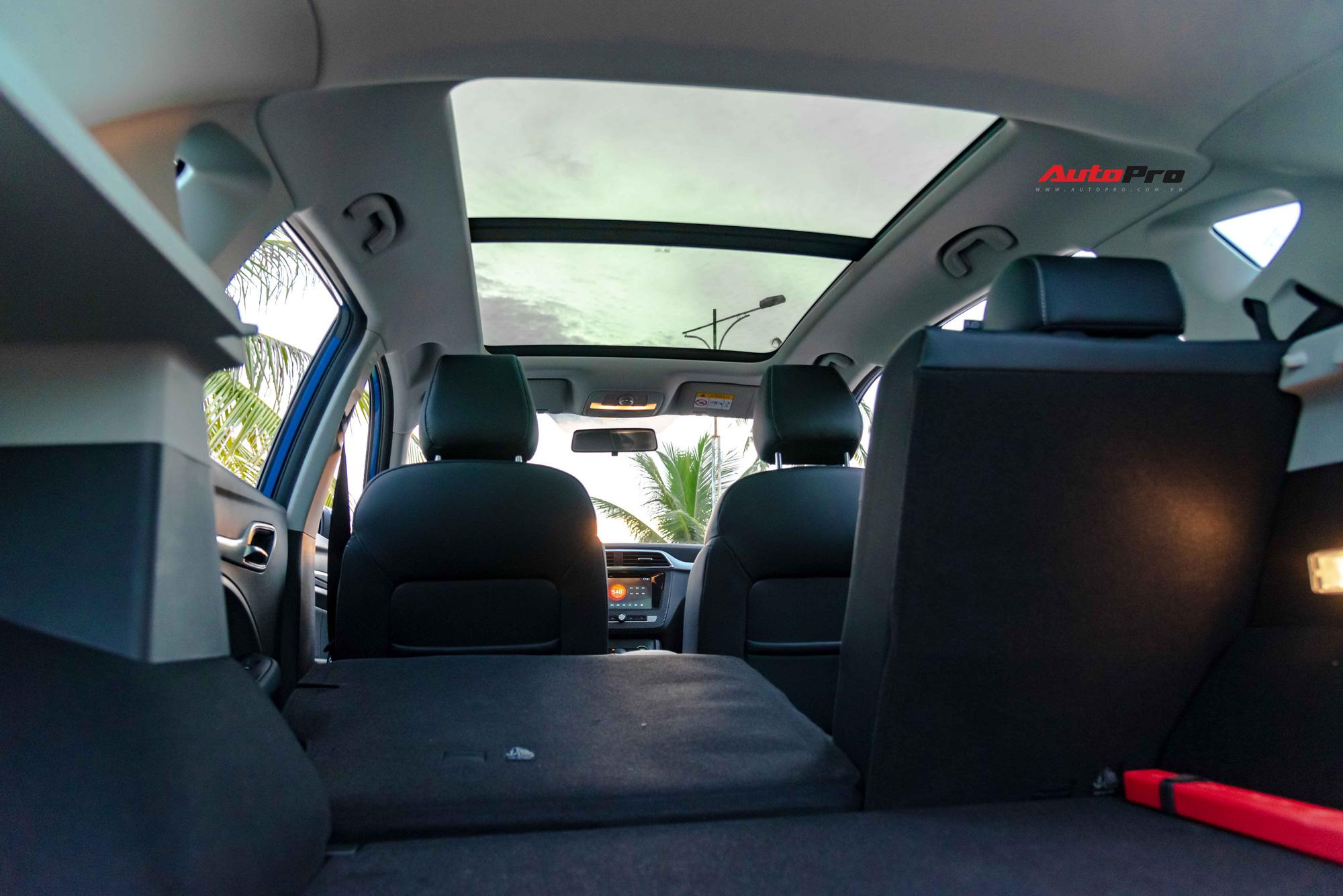 Một trang bị nữa đáng chú ý trên mẫu xe này là cửa sổ trời toàn cảnh. Cửa sổ có thể mở được một nửa, kéo dài từ tận đầu hàng ghế trước đến cuối hàng ghế sau. MG cho biết cửa sổ trời này chiếm 90% diện tích trần xe.