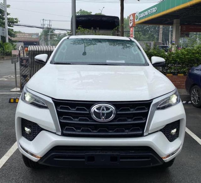 Toyota Fortuner 2021 bất ngờ đổ bộ đại lý trước ngày ra mắt: Bom tấn cho khách Việt sau Kia Sorento - Ảnh 1.