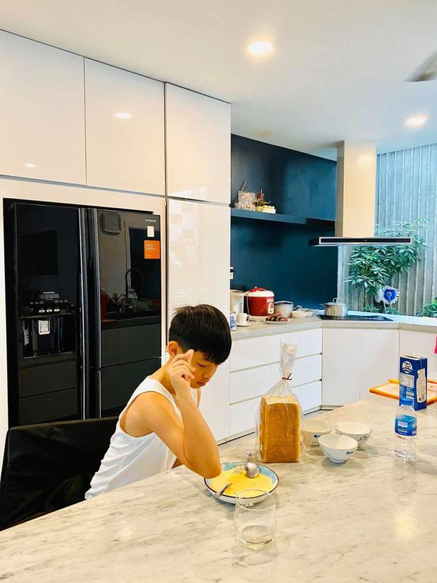 Quý tử Subeo ngày càng ra dáng anh cả: Hết vào bếp nấu ăn cho mẹ, nay lại xắn tay phụ bố Cường Đô La rửa siêu xe - Ảnh 7.