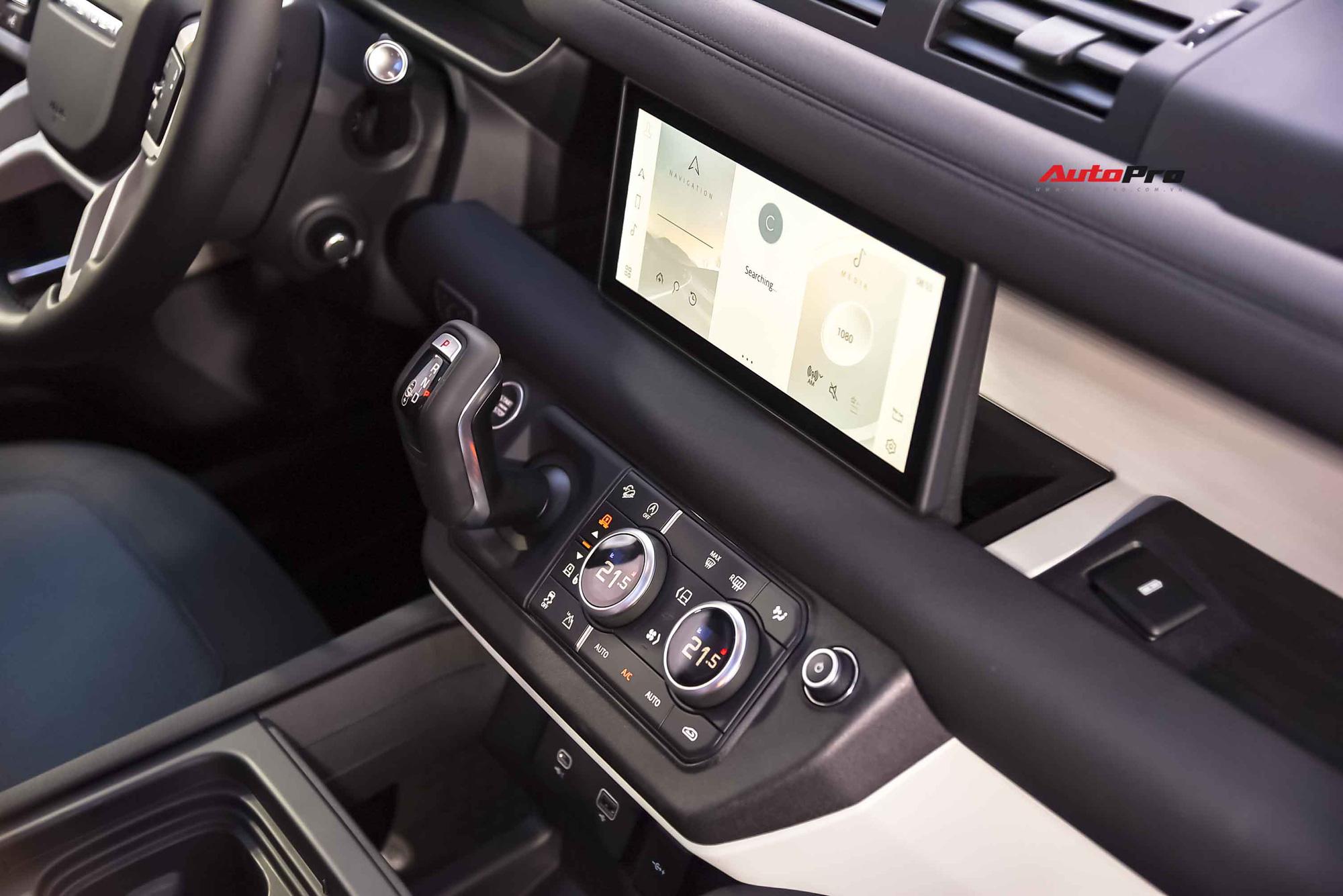 Là mẫu xe offroad nhưng Land Rover Defender không thiếu những điểm thực dụng như hàng loạt hộc để đồ, ví dụ như vị trí sau màn hình giải trí.