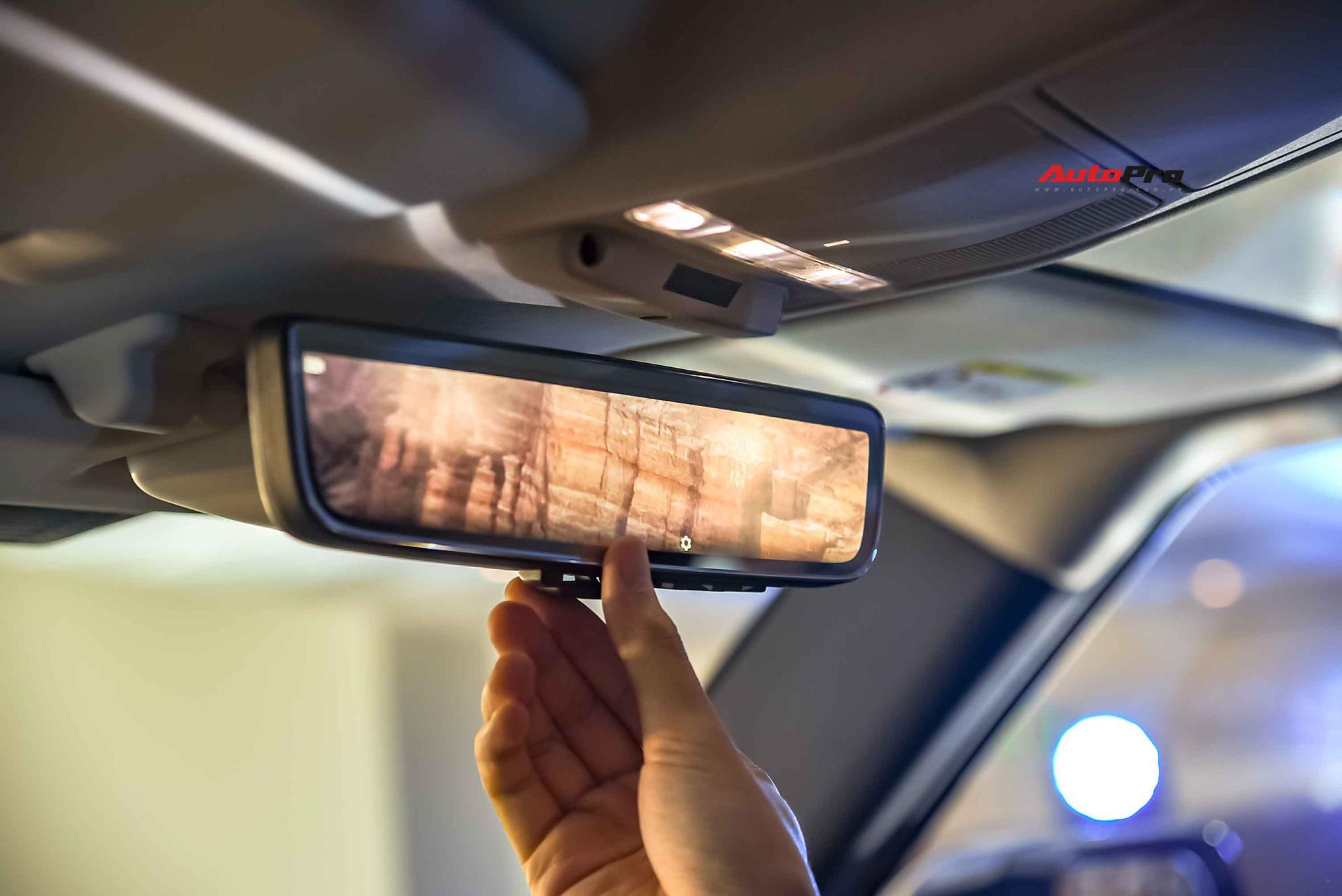Khi gạt lẫy sau gương chiếu hậu, bộ phận này ngay lập tức biến thành màn hình thu lại toàn bộ hình ảnh sau xe lấy dữ liệu từ camera gắn trên nóc xe.