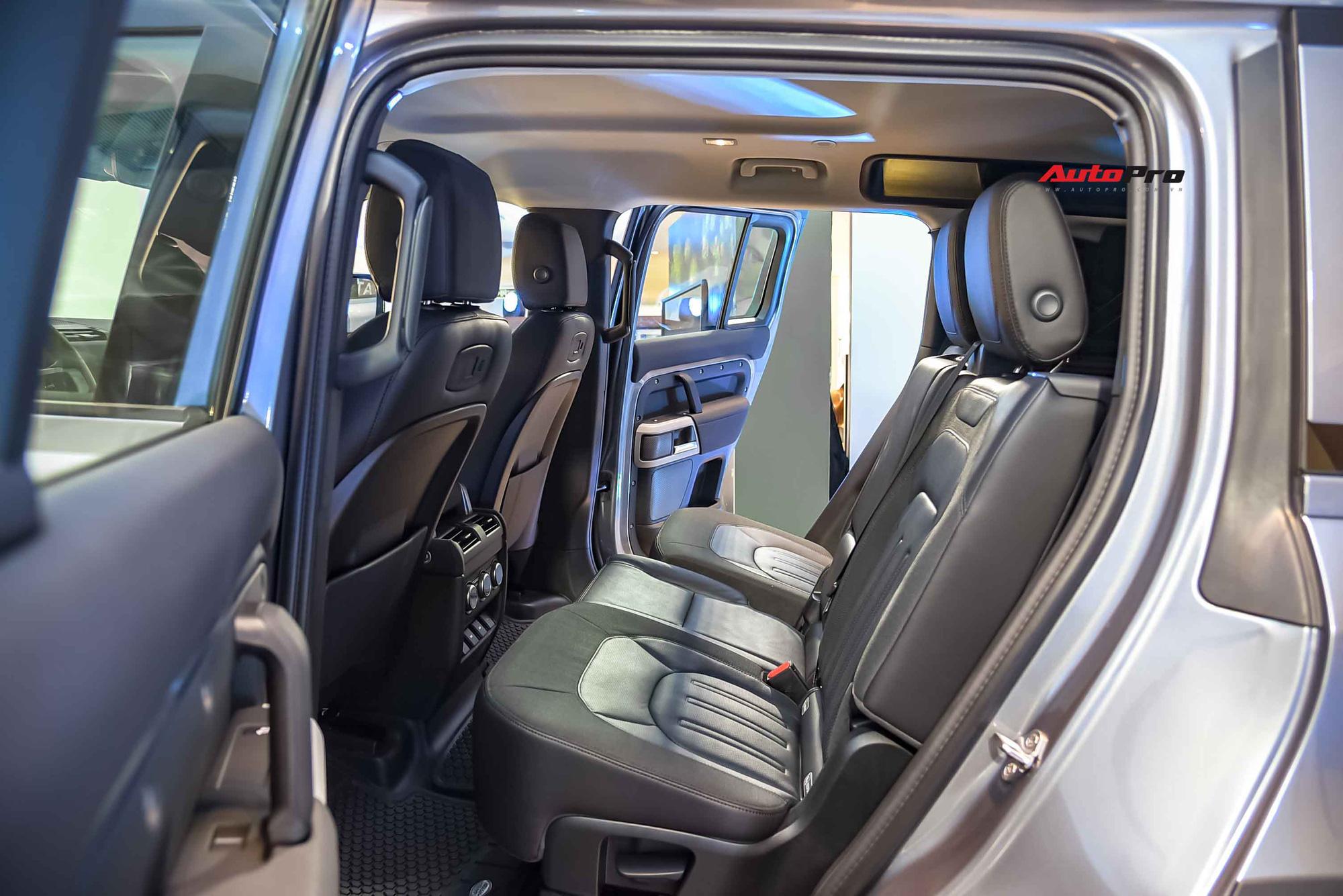 Ghế da nhưng kết hợp vải canvas - một loại vải bền và ít thấm nước. Theo giải thích của Land Rover, các nhà thiết kế tính toán để đặt vải canvas vào đúng những vị trí dễ sờn và rách nhất để tăng tuổi thọ của ghế.